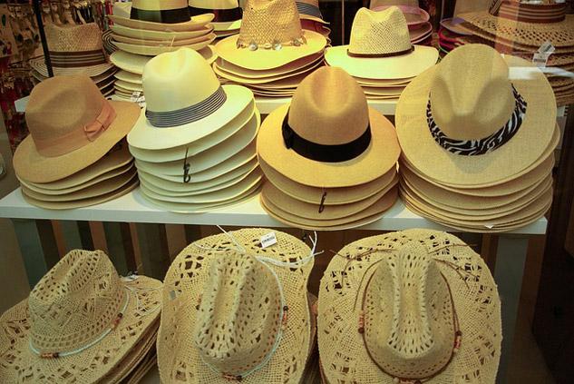 Une multitude de chapeaux en paille