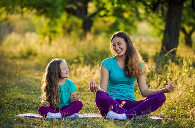maman faisant du yoga avec sa fille